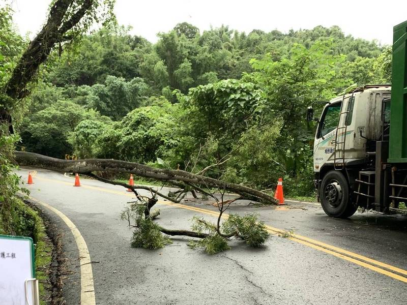 連日豪大雨,白河山區172乙線今再傳土石滑落,樹木倒塌,白河警趕抵警戒交管,也呼籲民眾注意路況。(讀者提供)