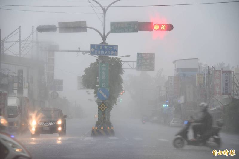 屏東大雨不斷,水勢像用倒的,造成能見度差。(記者葉永騫攝)