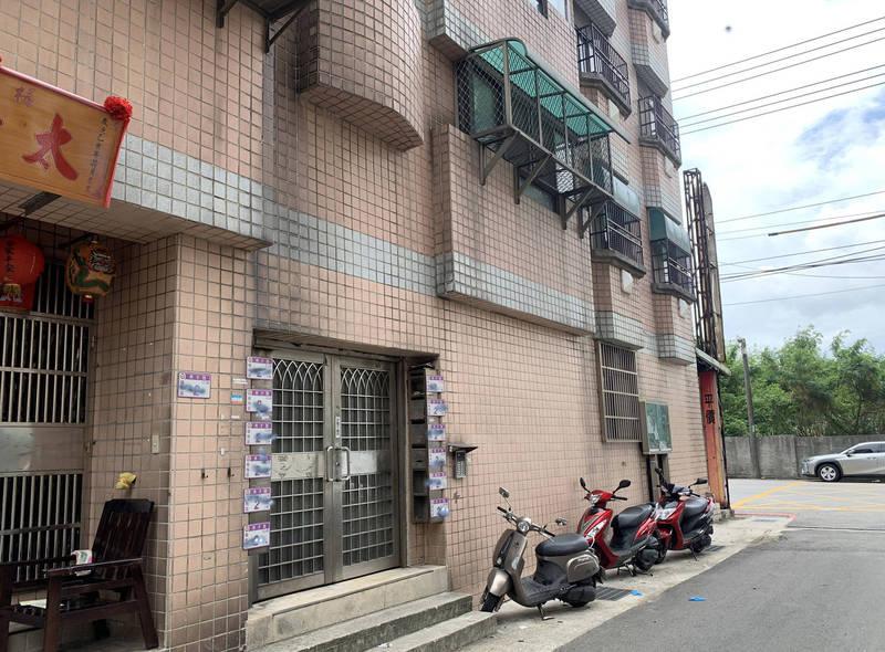 失智岳父隨地大小便疑被女兒、女婿被鎖在這棟公寓的7樓陽台還送了命。(記者李容萍翻攝)