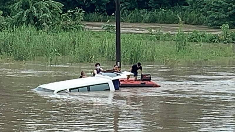 1輛復健中心巴士今午行經白河區頭前溪便橋時受困,幸警消及時趕抵,順利協助脫困。(讀者提供)