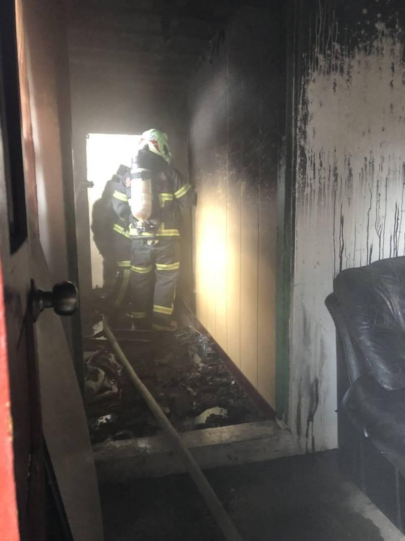 崙背平房發生火警,消防人員救回一命。(記者詹士弘翻攝)
