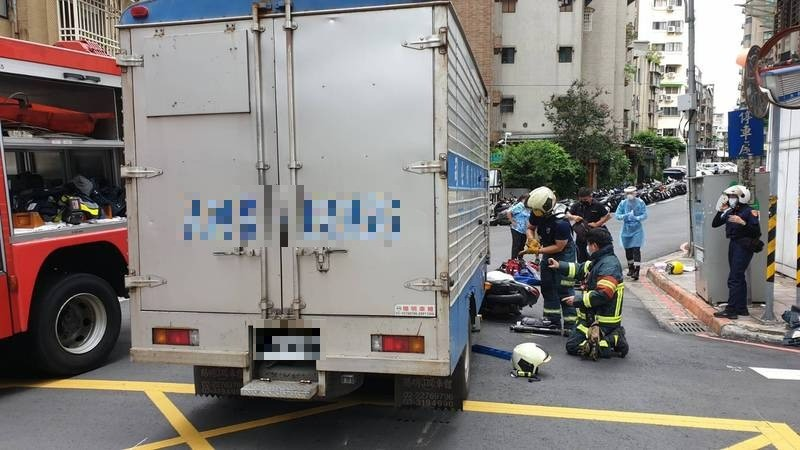 許姓機車騎士今天下午騎車載著7歲女兒行經台北市牯嶺街,與顏姓司機駕駛的小貨車發生擦撞,機車還一度卡在貨車底下,所幸父女倆都沒有大礙。(記者王冠仁翻攝)