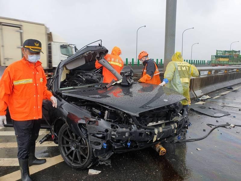賓士車高速撞護欄,車子整個變形(圖:警方提供)