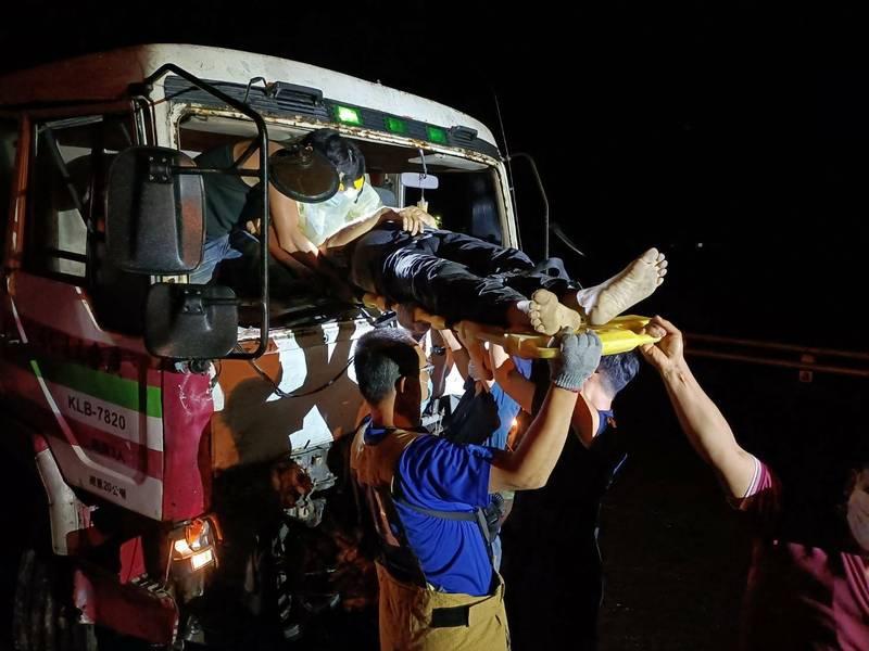 台東縣鹿野鄉一輛回收車與一輛拖板車今晚擦撞,造成4人受傷。(記者陳賢義翻攝)