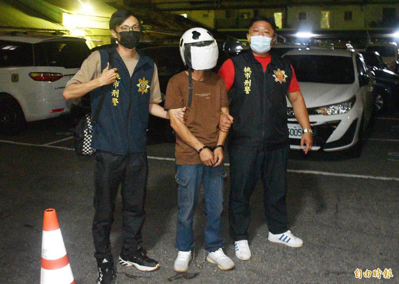 警方逮捕吳姓女移工的工廠同事王姓男子(中)涉有重嫌,傍晚將他帶回分局偵辦。(記者李容萍攝)