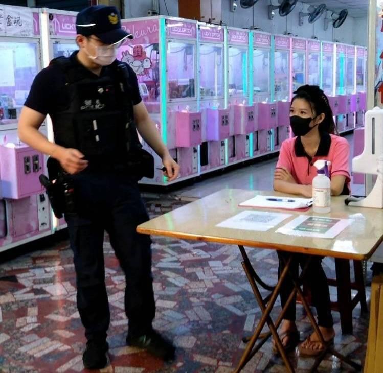 鳳山警分局轄區防疫重點夾娃娃機店無人駐守,警方被爆巡查未落實取締挨批,今晚對業者補開勸導單。(讀者提供)