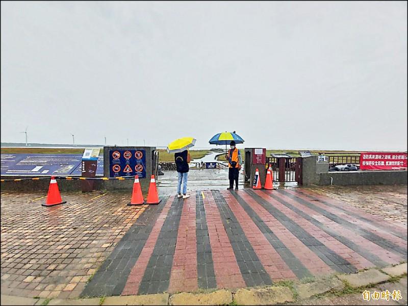高美濕地木棧道8月1日重新開放,因下雨遊客很少。(記者歐素美攝)