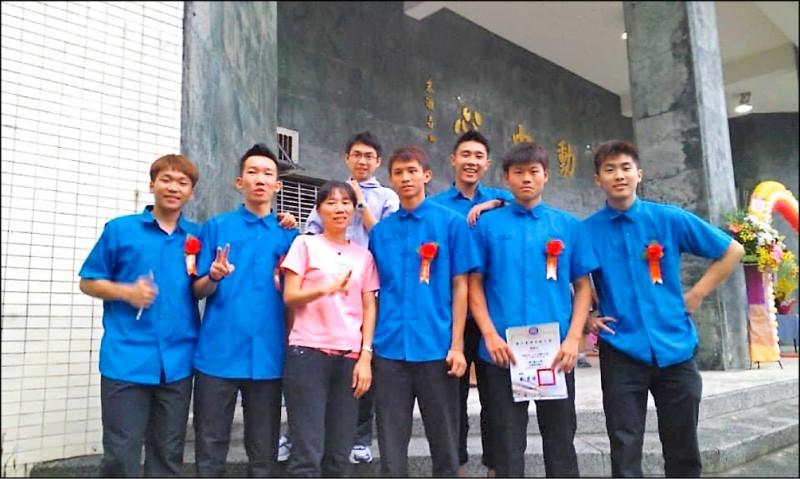李洋(前排左一)就讀基隆高中時的青澀模樣。(基隆高中提供)