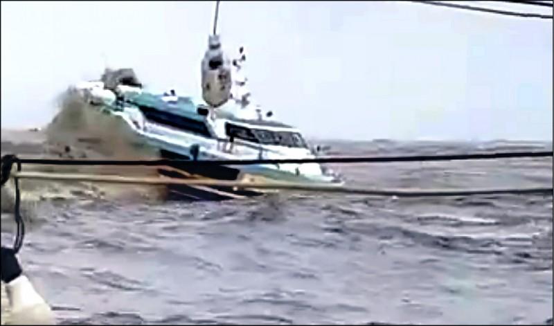 東琉線乘客被大浪猛擊嚇慘。(民眾提供)