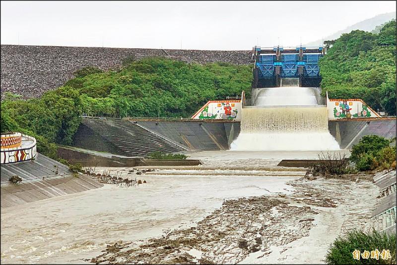 牡丹水庫持續進行調節行排水,提醒下游民眾注意。(記者蔡宗憲攝)