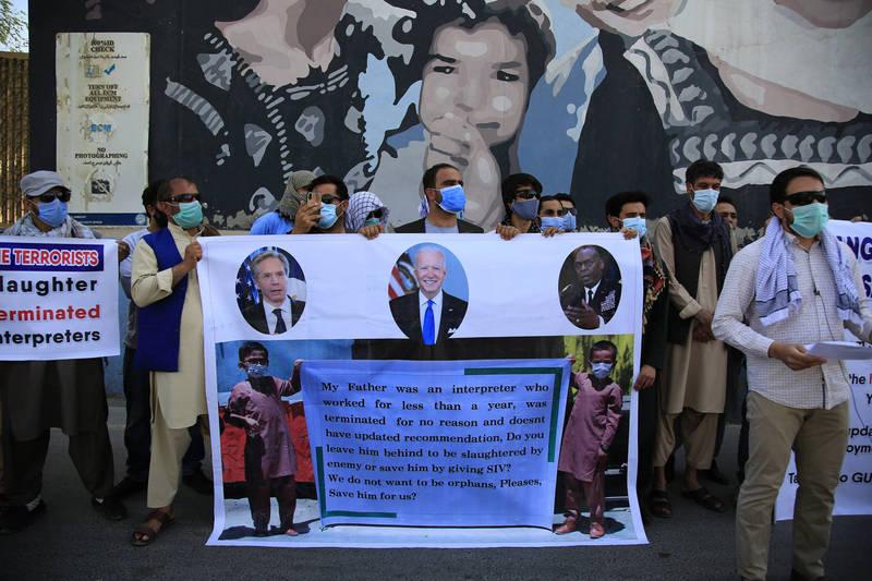 今年6月,曾為美軍擔任口譯的阿富汗人在美國駐阿富汗大使館外抗議,要求美國政府給予他們庇護。(美聯社)
