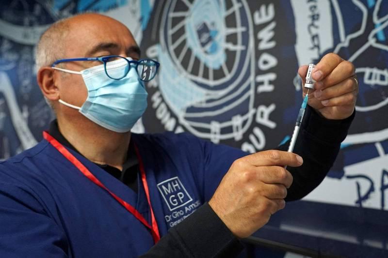 英媒透露,英國政府將從9月初開始向3200萬名英國人提供第三劑疫苗。(法新社)