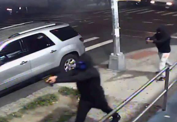 美國紐約市皇后區可樂娜(Corona)街頭,7月31日晚間發生大規模槍擊案事件,2名嫌犯朝人群開槍後,2名同夥騎乘摩托車接應,目前嫌犯全在逃亡中。(圖擷取自紐約警察局推特)