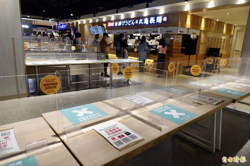 隨疫情趨穩定,雙北市政府經討論決定8月3日起餐飲業同步開放內用。圖為商場美食街業者販售外帶餐食情形。(記者羅沛德攝)