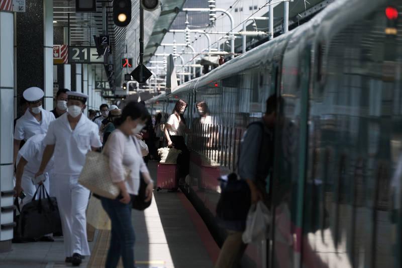 日本政府今天發布第5次緊急事態宣言。對此,日本民眾認為擴大緊急事態宣言的做法「沒有效果」,日本地鐵示意圖。(彭博)