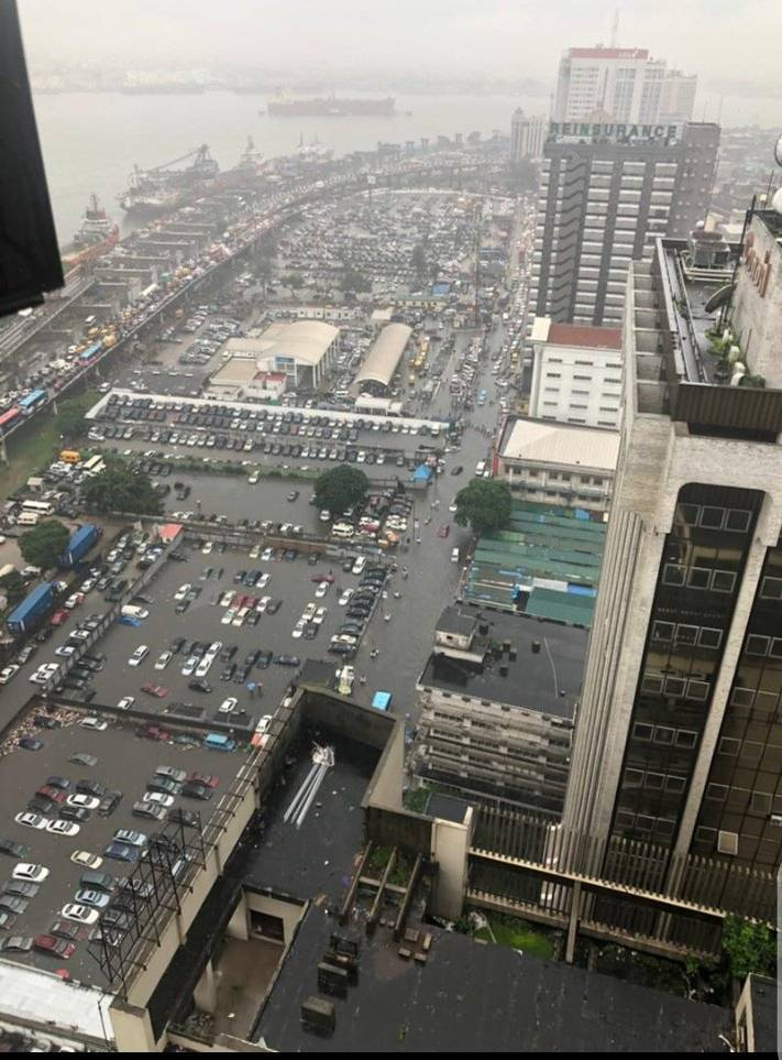 奈及利亞大西洋沿岸的低窪城市拉哥斯(Lagos),近日飽受洪水及海平面上升之苦。(圖翻攝自BelindaIjeoma推特)