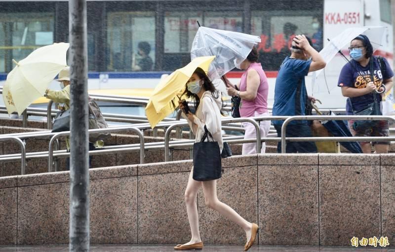受低壓帶及西南風影響,明日天氣仍不穩,西半部地區有陣雨或雷雨。(資料照)