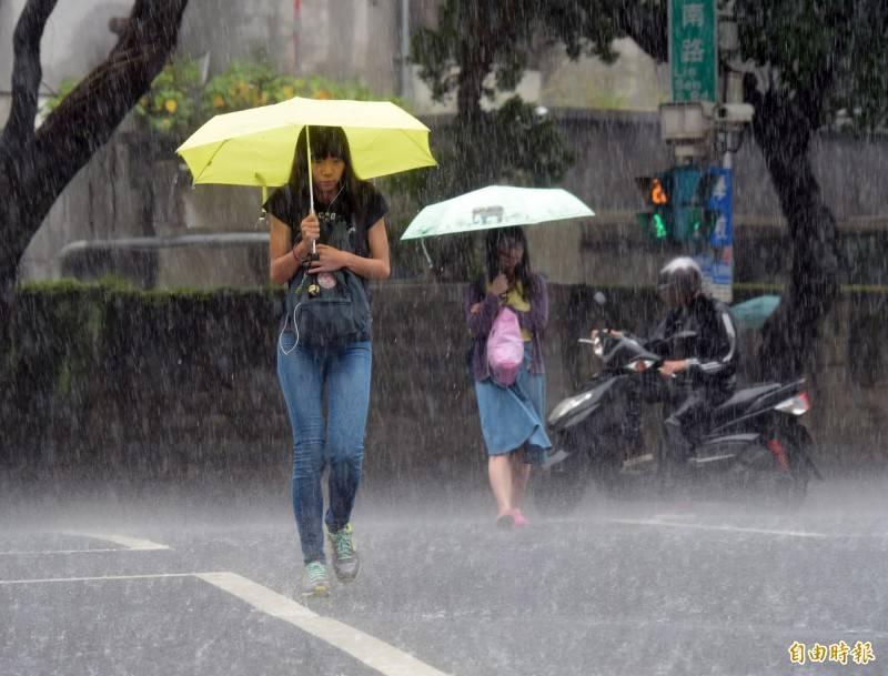 中央氣象局發布豪、大雨特報,提醒防範大雨、雷擊及強陣風。(資料照)