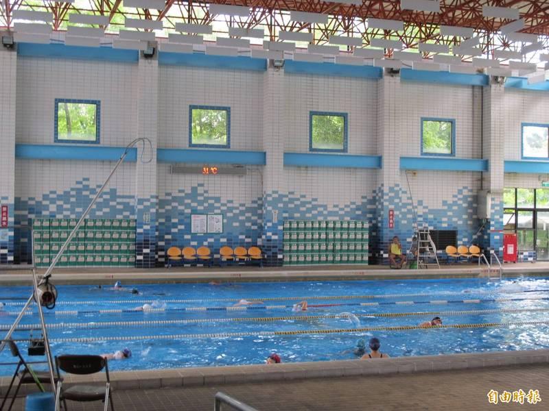 雙北游泳池業者明天上午於台北市中正區林森南路舉辦「爭取泳池開放營業」集會遊行活動,警方也將因應進行彈性交通管制。圖為北市泳池。(資料照,記者陳慰慈攝)
