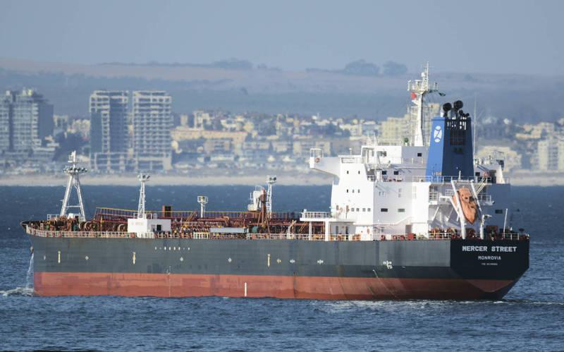 一艘由知名以色列商人所屬企業管理的油輪在阿曼外海遇襲,導致船上英國與羅馬尼亞籍船員喪生,包含以色列、英國、美國均指控是伊朗所為,不過伊朗方面否認與此事有關。(美聯社)