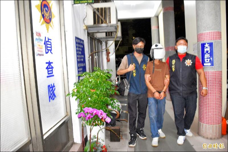 警方逮捕工廠同事王男。 (記者李容萍攝)