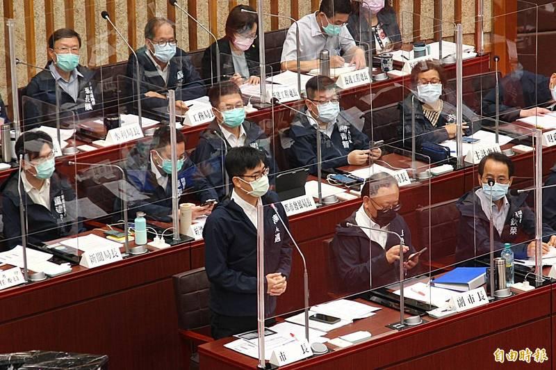 女子觸電死亡一案,高雄市長陳其邁(前排左一)強調,國賠全力協助家屬。(記者李惠洲攝)