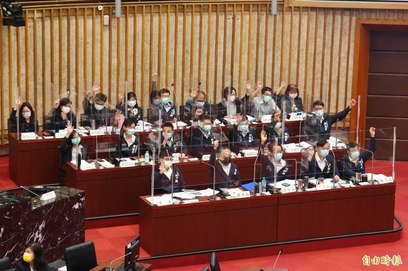 高市府官員全部舉手,支持國產疫苗。(記者李惠洲攝)