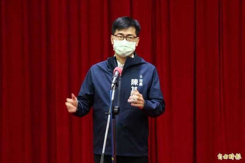 高雄市長陳其邁表示,從8月20幾日開始,AZ與莫德那開始第二劑施打。(記者李惠洲攝)