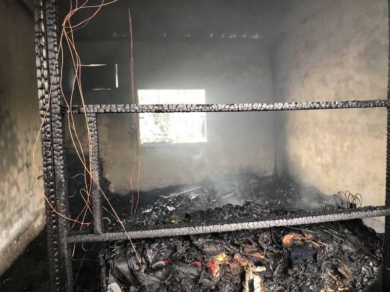 鐵皮屋內陳設被燒得面目全非。(記者陳賢義翻攝)