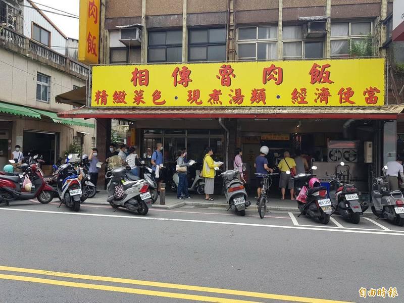 宜蘭市相傳魯肉飯中午就見人潮,但業者仍禁止內用,目前無開放時間表。(記者游明金攝)