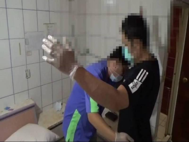 王子豪(右)被警方逮捕。(資料照)