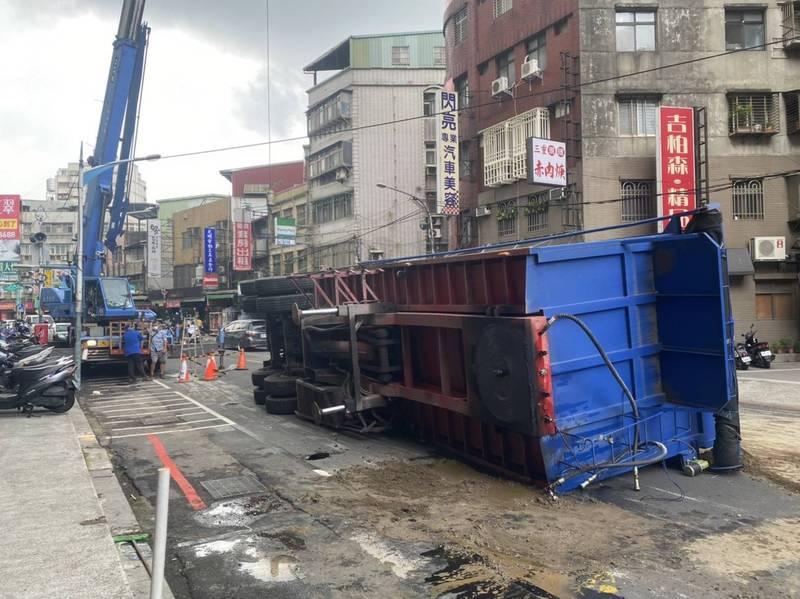 21噸級砂石車斗壓壞柏油路導致翻覆。(記者徐聖倫翻攝)