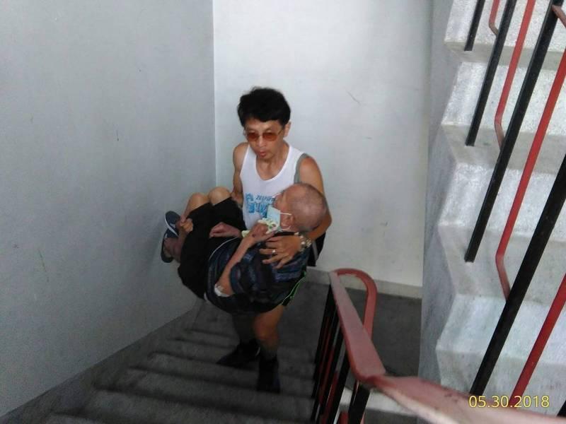呂理兆家住五樓公寓,行動不便的父母都是由他抱上抱下,揹上揹下。(圖由呂理兆提供)