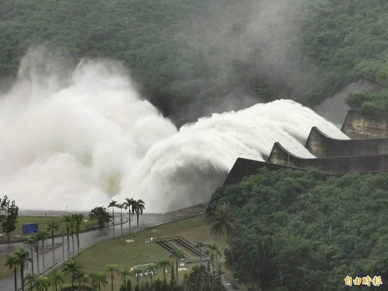 曾文水庫3道閘門全開,擴大洩洪量,場面壯觀。(記者吳俊鋒攝)