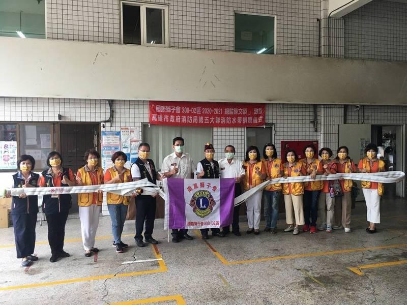 國際獅子會300-D2區總監陳文榮代表捐贈40條消防水帶給高雄市消防局,補充救災裝備。(高市消防局提供)