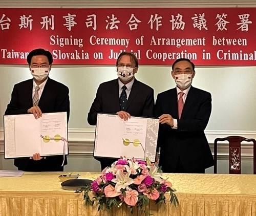 法務部長蔡清祥(右)、斯洛伐克經濟文化辦事處代表博塔文(中)與外交部長吳釗燮簽署司法互助協議。(記者吳政峰翻攝)