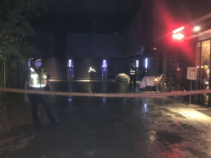 台中一名男子疑遭圍毆悶死棄屍汽車旅館,警方在現場拉起封鎖線。(記者陳建志翻攝)