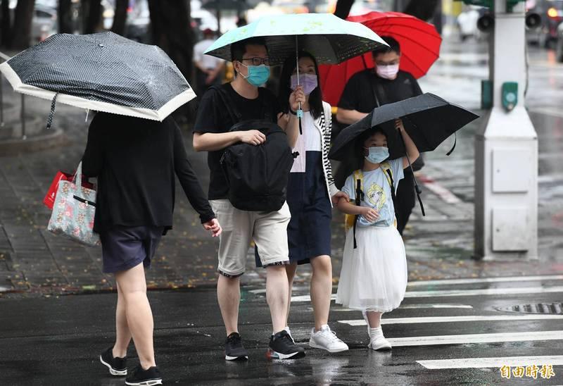 氣象局表示,今天台灣仍在低壓帶內,偏強的西南風持續將水氣往台灣輸送,天氣依舊不穩定。(資料照)