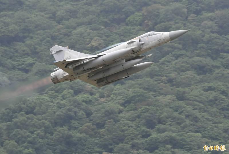 為維持幻象戰機整體妥善率及飛彈戰力,空軍在2018起至2022年止,要進行包括飛彈延壽丶戰機零附件等4項的採購案。圖為幻象戰機掛載雲母飛彈丶魔法二型飛彈起飛執行戰訓任務。(資料照)