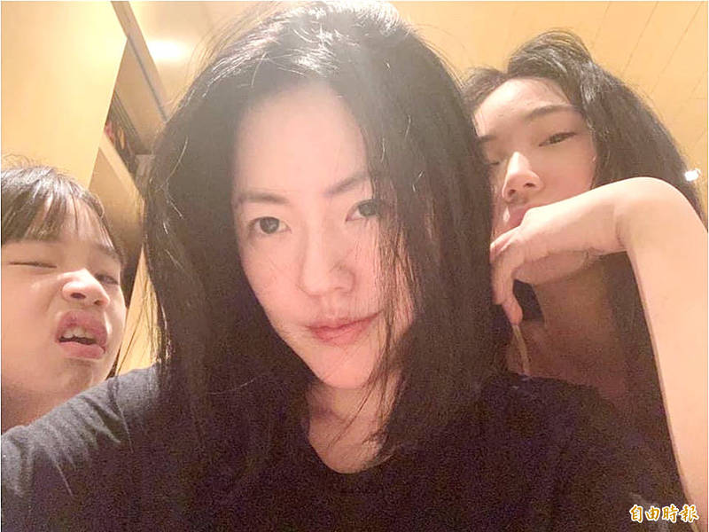Entertainer Little S, center, and her daughters are pictured in an undated photograph taken from her Instagram account. Photo copied by Chen Hui-ling, Taipei Times