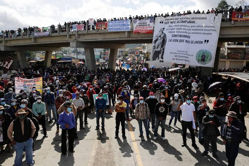 瓜地馬拉爆發政治動盪,因有名反貪腐調查員桑多華(Juan Francisco Sandoval)於上個月23日遭到革職,他以保障人身安全為由,隔日逃離該國,此事引起全民眾怒,紛紛上街要求總統賈麥岱以及檢察總長波拉斯下台負責。(路透)