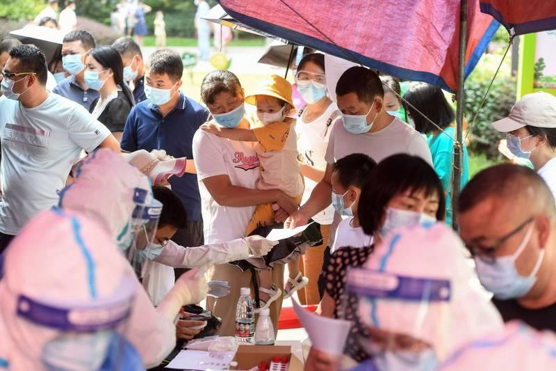 中國湖北省武漢市再傳出疫情,民眾今天接受篩檢。(法新社)