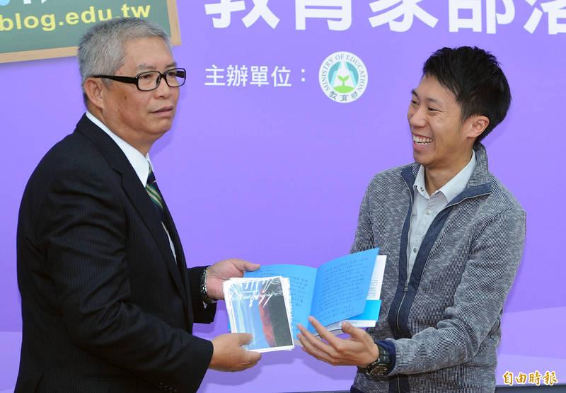 培育出台灣許多超馬好手的2019年體育運動精英獎特別獎得主潘瑞根(左)要退休了,陳彥博在臉書表達對老師的無限感謝。(資料照)