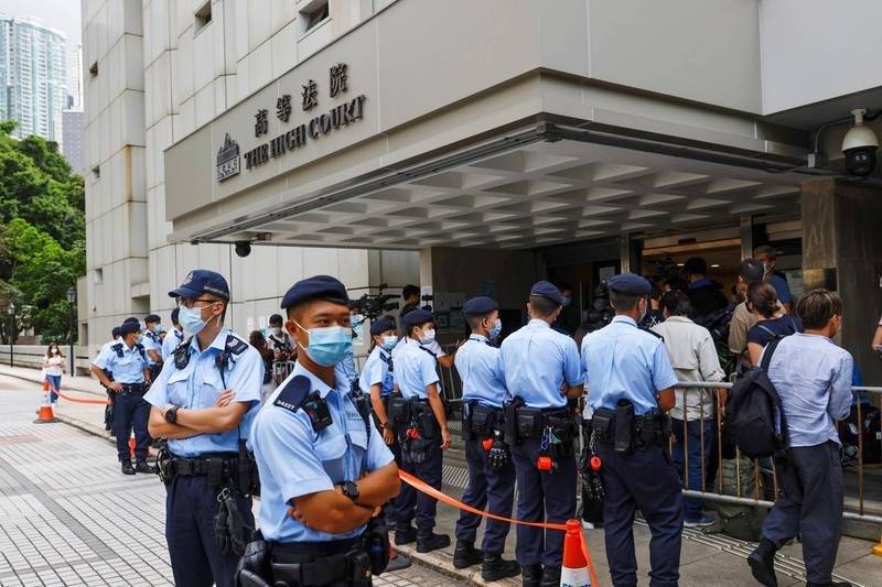 《端傳媒》昨(3)日宣布將總部搬遷至新加坡,引起外界揣測是否與港版國安法之下,香港媒體自由受到箝制有關。圖為首位遭港版國安法起訴的港人唐英傑上月30日開庭,大批香港警力在法院外戒備。(路透)
