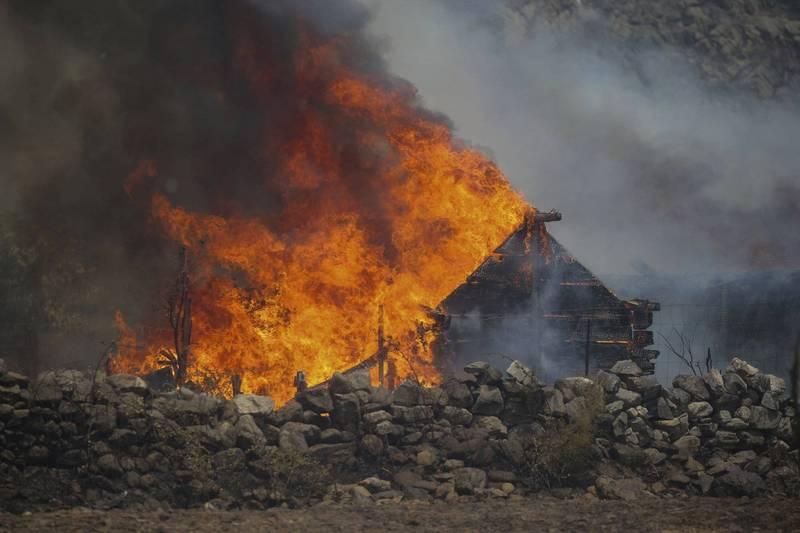 有許多土耳其居民因大火失去家園及牲畜,民眾因此開始抱怨政府應對不力。圖為穆拉省的房屋遭大火燒毀。(美聯社)