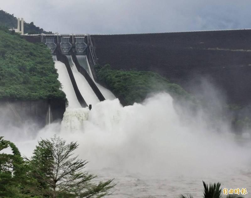 曾文水庫今天3道閘門全開,擴大洩洪量,場面壯觀。(記者吳俊鋒攝)