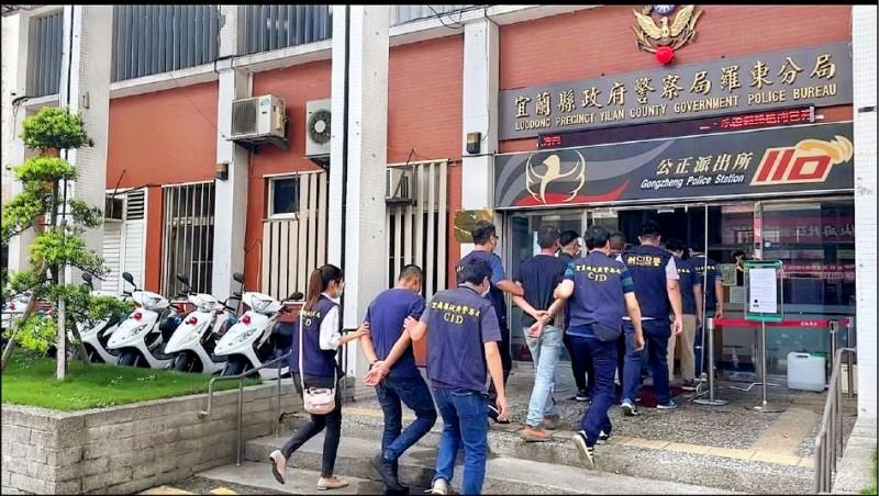 五結鄉民宿傳槍響,警方逮捕涉案的其中八人。(記者林敬倫翻攝)