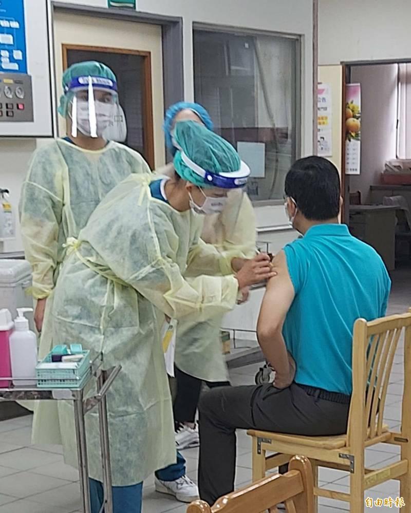 55歲以上登記接種莫德納疫苗民眾5日預約,預計8月11日起至8月17日施打。(資料照)