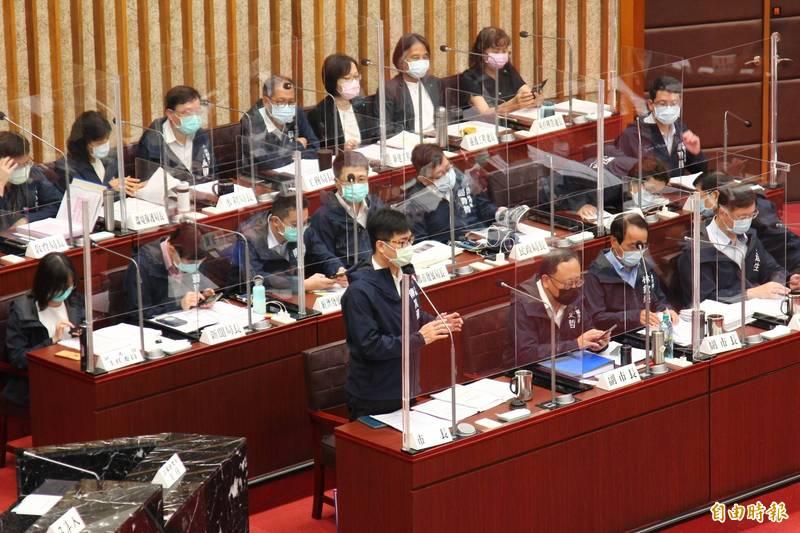 哥雄市長陳其邁說明坑洞處理情況。(記者李惠洲攝)