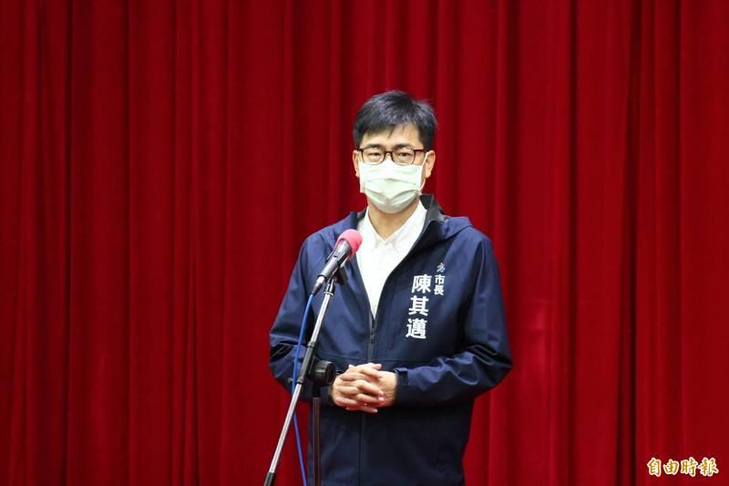 高雄市長陳其邁對道路坑洞延遲處理,表示非常不高興。(記者李惠洲攝)
